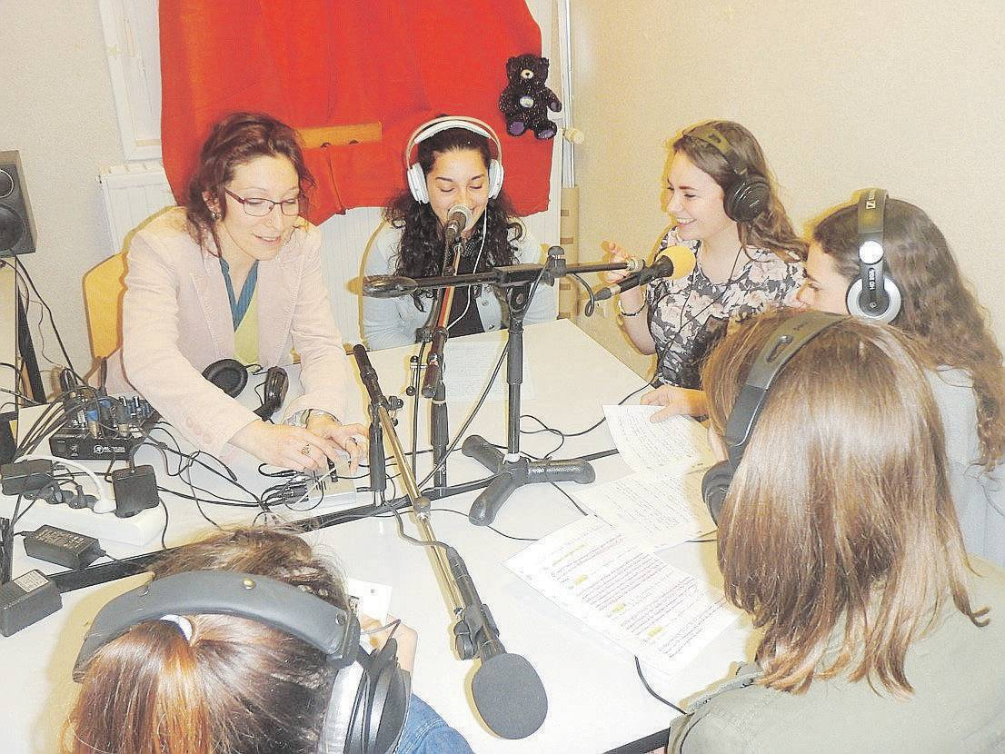 Photo Gil Borel débat des collègiens radio résistance